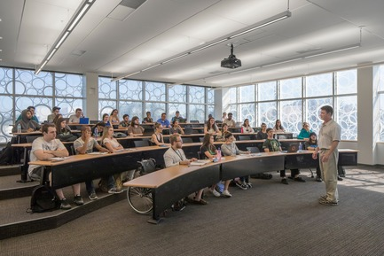 Press kit | 2353-02 - Press release | Innovative and Award-Winning Facade of USF-SP's Tiedemann College of Business Recalls Native Coral in Ecofriendly Envelope - ikon.5 architects - Institutional Architecture - typical seminar room - Photo credit: Brad Feinknopf