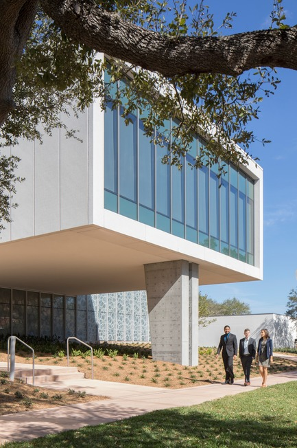 Press kit | 2353-02 - Press release | Innovative and Award-Winning Facade of USF-SP's Tiedemann College of Business Recalls Native Coral in Ecofriendly Envelope - ikon.5 architects - Institutional Architecture - cantilevered computer lab with Scholars' Garden beyond - Photo credit: Brad Feinknopf