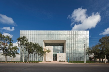 Press kit | 2353-02 - Press release | Innovative and Award-Winning Facade of USF-SP's Tiedemann College of Business Recalls Native Coral in Ecofriendly Envelope - ikon.5 architects - Institutional Architecture - West facade along 4th Street South / City Entry - Photo credit:   Brad Feinknopf <br>