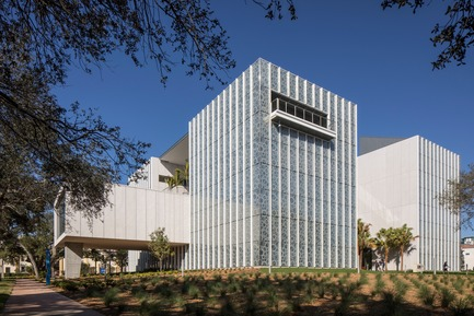 Press kit | 2353-02 - Press release | Innovative and Award-Winning Facade of USF-SP's Tiedemann College of Business Recalls Native Coral in Ecofriendly Envelope - ikon.5 architects - Institutional Architecture - East view looking toward Palm Court - Photo credit: Brad Feinknopf