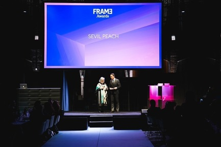 Press kit | 3160-02 - Press release | Frame Awards 2018 Winners Announced In Amsterdam - Frame - Commercial Interior Design - Robert Thiemann (Host) and Sevil Peach (Winner for Frame Lifetime Achievement Award)  - Photo credit: Presstigieux