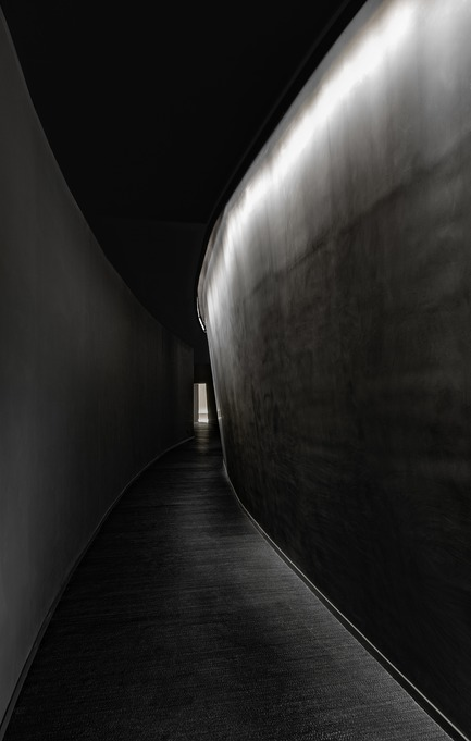 Press kit | 2264-07 - Press release | Jian Li Ju Theatre - More Design Office (MDO) - Commercial Interior Design - A dark curved corridor seeks to create a sense of departure from the world outside. - Photo credit:  Dirk Weiblen