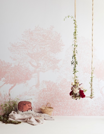 Dossier de presse | 3382-01 - Communiqué de presse | Sian Zeng's Hua Trees Mural Collection Immerses Viewers into a Lush Forest Landscape - Sian Zeng - Product - Hua Trees Wallpaper Mural in Pink - Crédit photo :  Jon Day Styling:Charlotte Love