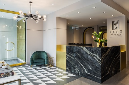 Press kit | 2185-05 - Press release | FACE Cosmetic Surgery - Audax - Commercial Interior Design -  Entrance featuring black and white stone patterned floor, veined marble reception desk and brass accents - Photo credit: Erik Rotter
