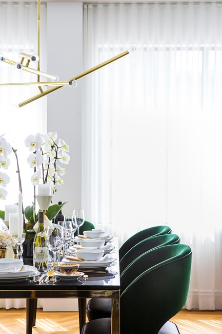 "Dossier de presse | 2185-04 - Communiqué de presse | Home in Little Italy - Audax - Residential Interior Design - Raphael dining chair in emerald green paired with the Vasari dining table<p class=""MsoNormal""><span style=""background: white;""></span></p>  - Crédit photo : Erik Rotter"
