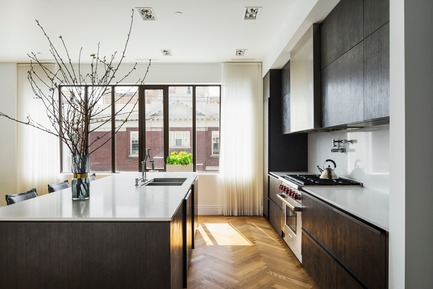 "Dossier de presse | 2185-04 - Communiqué de presse | Home in Little Italy - Audax - Residential Interior Design - <p class=""MsoNormal""><span style=""font-size: 9pt; line-height: 107%; font-family: Arial, sans-serif; color: rgb(153, 153, 153); background-image: initial; background-position: initial; background-size: initial; background-repeat: initial; background-attachment: initial; background-origin: initial; background-clip: initial;"">Wire brushed oak veneer kitchen cabinets with smoked oak herringbone floors</span></p> - Crédit photo : Erik Rotter"