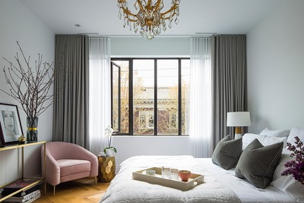 "Dossier de presse | 2185-04 - Communiqué de presse | Home in Little Italy - Audax - Residential Interior Design -  Master bedroom blends muted grays with gold accents and blush pink Evelyn chair<p class=""MsoNormal""><span style=""background: white;""></span></p> - Crédit photo : Erik Rotter"