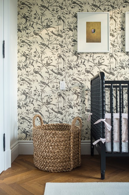 "Dossier de presse | 2185-04 - Communiqué de presse | Home in Little Italy - Audax - Residential Interior Design - Bird wall covering with wicker accessories <p class=""MsoNormal""></p> - Crédit photo : Erik Rotter"