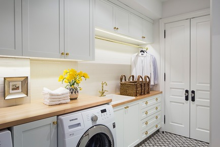 Dossier de presse | 2185-04 - Communiqué de presse | Home in Little Italy - Audax - Residential Interior Design - Light and airy laundry room featuring butcher block counter tops and cream subway tile back-splash - Crédit photo : Erik Rotter