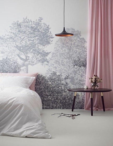 Dossier de presse | 3382-01 - Communiqué de presse | Sian Zeng's Hua Trees Mural Collection Immerses Viewers into a Lush Forest Landscape - Sian Zeng - Product - Hua Trees Wallpaper Mural in Grey - Crédit photo :  Jon Day Styling: Charlotte Love