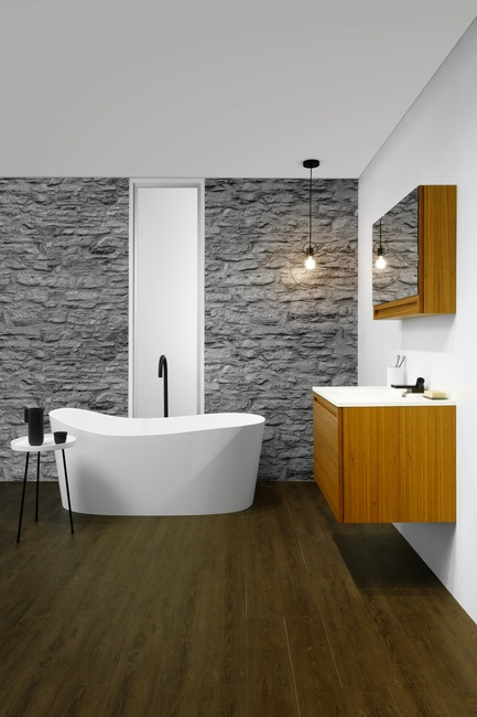Dossier de presse | 2342-04 - Communiqué de presse | WETSTYLE Launches a Series of Three New Bathtubs - WETSTYLE - Product - Wave bathtub, Element Raffiné vanity and mirrored cabinet - Crédit photo : WETSTYLE