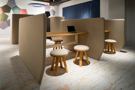 Dossier de presse | 1878-01 - Communiqué de presse | Discover the CoWork Lounge by INFORM Contract and BuzziSpace at IDS Vancouver, Sept 20 to 23 - Inform Contract - Event + Exhibition -  Develop your own little village in the office. A flexible and modular freestanding system that can easily be rearranged to the needs of the office space. It's possible to have both public and private space, and even informal meeting rooms. Collaborate together or work independently, all within the easily, movable urban workspace.<br><br>Acoustic Essentials: BuzziVille, BuzziTile<br>Acoustic Lighting: BuzziMoon<br>Furniture: BuzziMilk Stool - Crédit photo : BuzziSpace