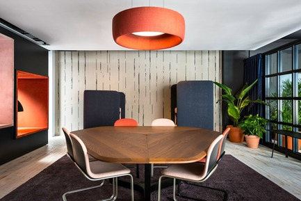 Dossier de presse | 1878-01 - Communiqué de presse | Discover the CoWork Lounge by INFORM Contract and BuzziSpace at IDS Vancouver, Sept 20 to 23 - Inform Contract - Event + Exhibition - Acoustic Lighting: BuzziJet<br>Furniture: BuzziSpark, BuzziTrihex, BuzziFloat<br> - Crédit photo : Chris Bradley