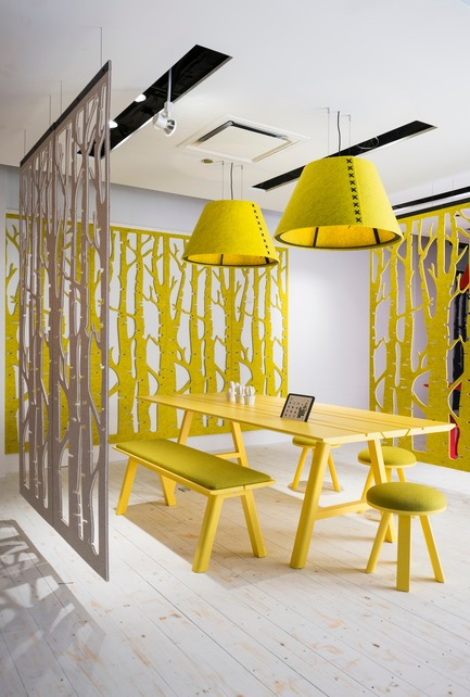 Dossier de presse | 1878-01 - Communiqué de presse | Discover the CoWork Lounge by INFORM Contract and BuzziSpace at IDS Vancouver, Sept 20 to 23 - Inform Contract - Event + Exhibition - Partition a space and create a layer of privacy with BuzziFalls,a collection of floating, decorative panels, which offer artistic style with acoustic benefits. Designed to tackle the challenges unique to open-floor plan environments, BuzziFalls is an elegant art piece and room-dividing solution in one. Made of dual layer BuzziFelt, these sound-absorbing panels are precision cut with bold patterns, available in a range of organic, geometric and cityscape motifs.<br><br>Acoustic Lighting: BuzziShade<br>Furniture: BuzziPicNic, BuzziPicNic Bench, BuzziMilk Stool<br>Acoustic Essentials: BuzziFalls  - Crédit photo : BuzziSpace