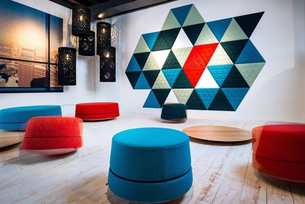 Dossier de presse | 1878-01 - Communiqué de presse | Discover the CoWork Lounge by INFORM Contract and BuzziSpace at IDS Vancouver, Sept 20 to 23 - Inform Contract - Event + Exhibition -  Take a break from your standard office chair to awaken your body and mind with BuzziBalance.<br><br>Acoustic Essentials: BuzziBalance, BuzziTile<br>Acoustic Lighting: BuzziLight Alhambra & Royal - Crédit photo : Chris Bradley