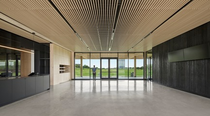 Press kit | 769-03 - Press release | A High-End Golf Clubhouse by Architecture49 - Architecture49 - Commercial Architecture - Golf Exécutif Montréal Clubhouse Hall - Photo credit: Stéphane Brügger