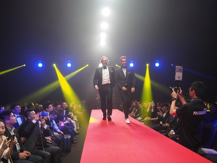 Press kit | 2188-03 - Press release | Red Dot Award: Design Concept 2018 Results - Red Dot Award: Design Concept - Competition - Alejandro MANDRION MORENO (right) on the runway for the design concept Electrorun Safety Wrench - Atlas Copco - Photo credit: Red Dot Award: Design Concept