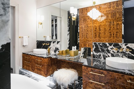 Press kit | 2185-06 - Press release | La Dolce Vita - Audax - Residential Interior Design - Master Ensuite:  Grand Antique black marble double vanity with brass fixtures. - Photo credit: Erik Rotter