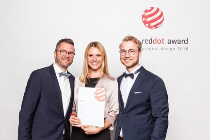 Press kit | 1696-23 - Press release | Last Chance for Designers and Companies - Register for the Red Dot Award: Product Design Before 1 February - Red Dot Design Award - Competition - Proud winners with their certificate<br> - Photo credit: Red Dot<br>