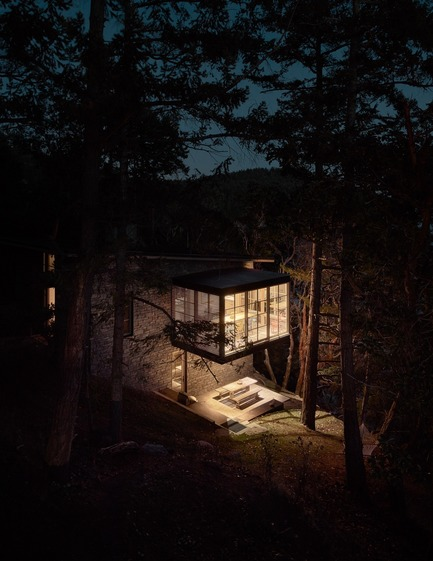 Dossier de presse | 3624-01 - Communiqué de presse | Hillside Sanctuary - Hoedemaker Pfeiffer - Residential Architecture - The dining room of the guest house was conceived as a three-sided glass object floating in a forest of trees. - Crédit photo : Kevin Scott