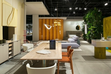 "Press kit | 2704-05 - Press release | ""Das Haus"" 2019 at the imm cologne: Living by moods creates an appetite for open-plan homes - imm cologne 2019, Koelnmesse GmbH - Residential Interior Design - There's plenty of space to eat and work at the large table (e15; design: Philipp Mainzer) in the Active zone of ""Living by Moods"", the Das Haus installation at imm cologne 2019 by Studio Truly Truly. The office and dining chairs define it as a multifunctional area. - Photo credit: Constantin Meyer; Koelnmesse"