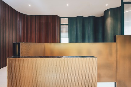 Dossier de presse | 3903-01 - Communiqué de presse | Mantab Workplace - S/LAB10 - Commercial Interior Design - Gold copper stair in juxtaposition with timber clad and curvilinear coloured wall. - Crédit photo : Heartpatrick