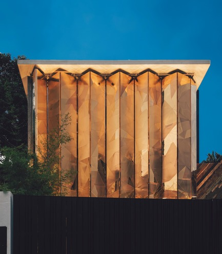 Dossier de presse | 3903-01 - Communiqué de presse | Mantab Workplace - S/LAB10 - Commercial Interior Design - The gold copper alloy clad facade in close position for privacy, leaving passerby curious of what lies within. - Crédit photo : Heartpatrick